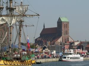 Blick auf Wismar - Segler und Nikolai-Kirche