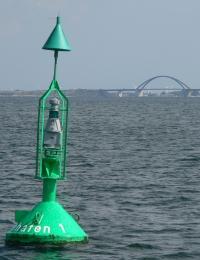 Tonne Heiligenhafen 1 - hinten Fehmarnsundbrücke