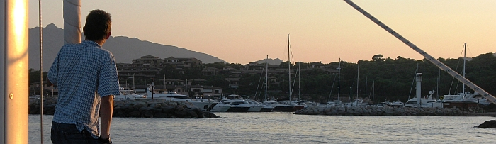 Abendliche Ansteuerung der Marina Puntaldia