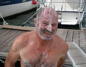 Wilfried - vorbereitet für eine Ganzkörper-Rasur !